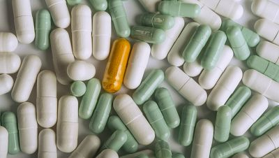 Entre paréntesis - La Universidad de Alcalá de Henares alerta de que hay medicamentos herbales que no cumplen la normativa - Escuchar ahora
