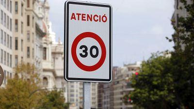Entre paréntesis - Valencia limita a 30 km/h la velocidad en su centro - Escuchar ahora