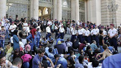 Las mañanas de RNE - Centenares de migrantes esperan en Budapest poder coger un tren a Austria y Alemania - Escuchar ahora
