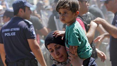Entre paréntesis - Madrid y Barcelona crearán un registro de familias para acoger a refugiados - Escuchar ahora