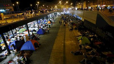 Las mañanas de RNE - Cientos de migrantes continúan esperando en la estación de Budapest - Escuchar ahora