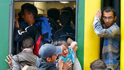 Diario de las 2 - Trasladan a los migrantes que viajaban en un tren húngaro a un centro de acogida - Escuchar ahora