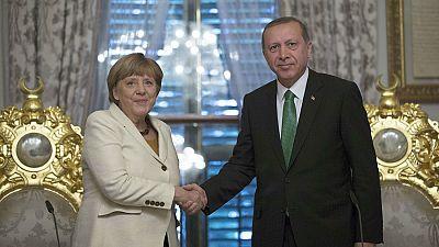 Las mañanas de RNE - Angela Merkel se alía con Turquía para frenar la llegada de refugiados - Escuchar ahora