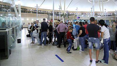 Boletines RNE - El Reino Unido comienza a repatriar a los 20.000 británicos varados en Sharm al Shaij - Escuchar ahora