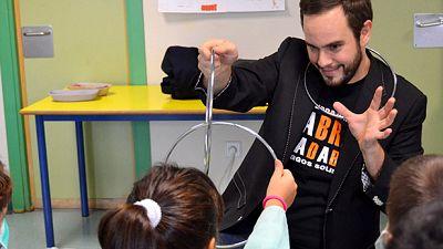 El canto del grillo - Abracadabra arranca una sonrisa a niños hospitalizados, discapacitados y ancianos - Escuchar ahora