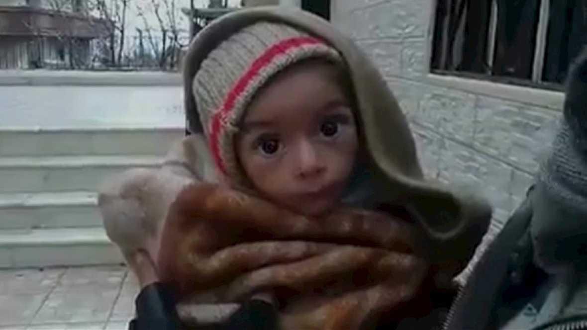 Radio 5 Actualidad - Evacúan a centenares de habitantes de Madaya que están al borde de la muerte por inanición - Escuchar ahora