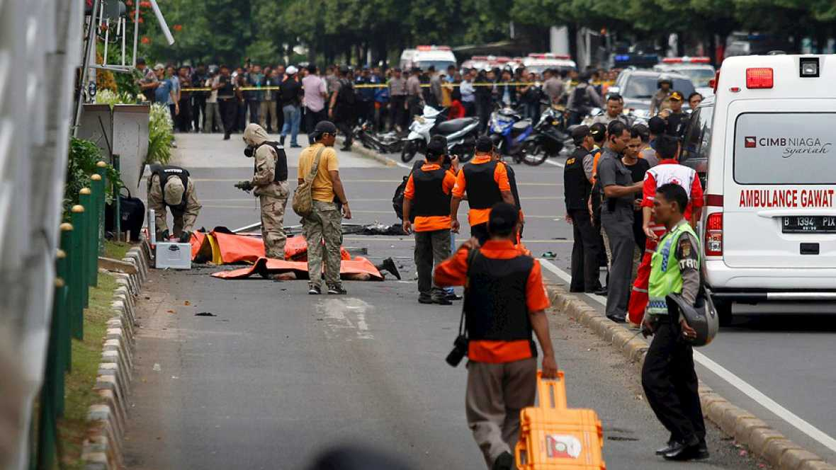 Boletines RNE - Al menos siete muertos en una cadena de explosiones en Indonesia  - Escuchar ahora