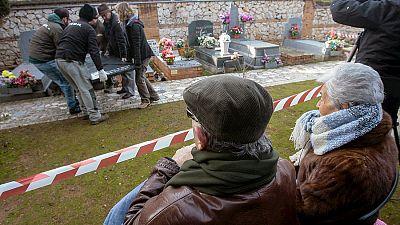 Entre paréntesis - Recupera los restos de su padre enterrado en una fosa común tras la Guerra Civil - Escuchar ahora
