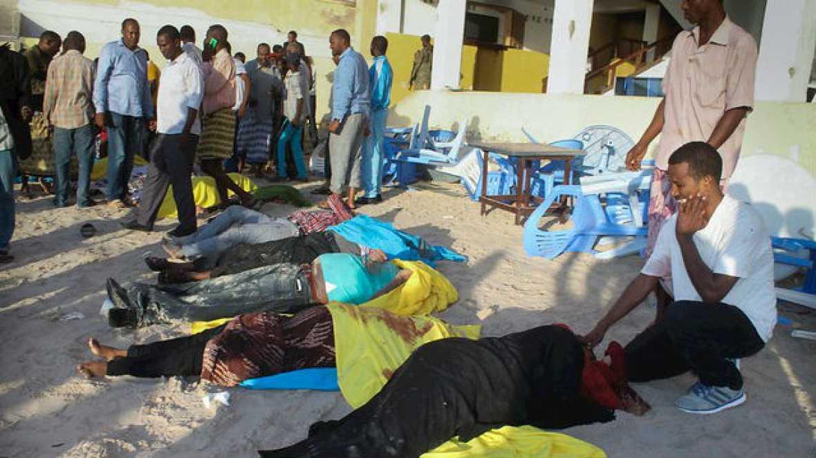 Radio 5 Actualidad - Una veintena de muertos en un atentado en Mogadiscio - 22/01/16 - Escuchar ahora