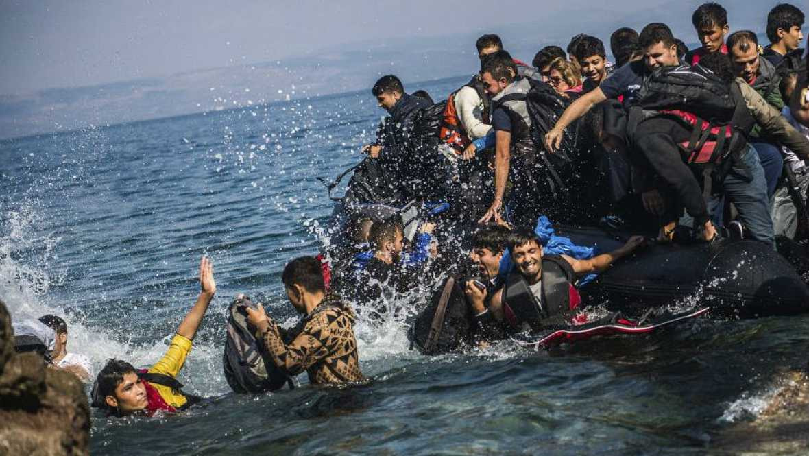 Boletines RNE - Una veintena de migrantes mueren en una naufragio en el Egeo - 22/01/16 - Escuchar ahora