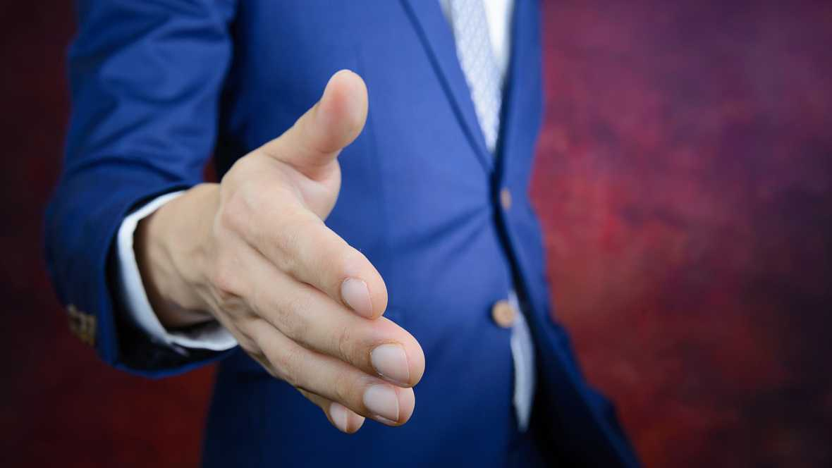 España.com en REE - ¿Saludar con la mano o dar un beso? - escuchar ahora