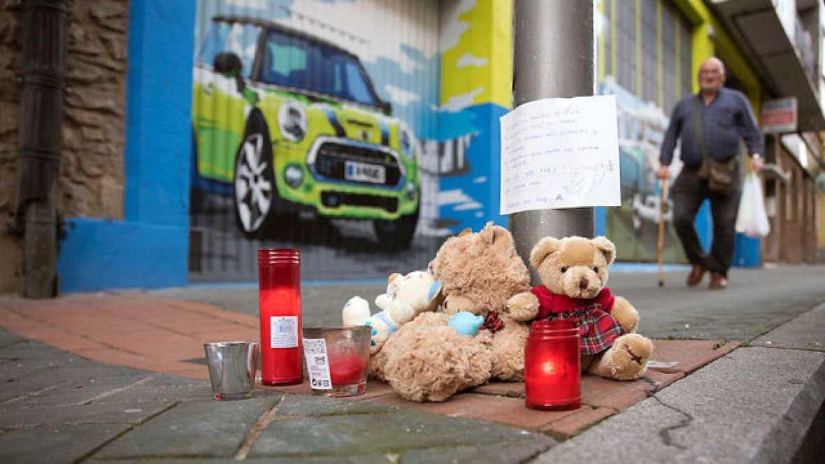 Boletines RNE - Concentración de repulsa por el asesinato de la niña de 17 meses arrojada desde la ventana de su casa - 27/01/16 - Escuchar ahora