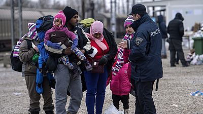 Entre par�ntesis - 12 refugiados fallecen en traves�a de media al d�a - Escuchar ahora