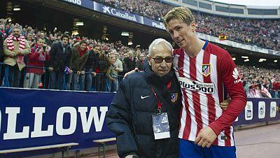 Tablero Deportivo - Emoción atlética: Fernando Torres entrega camiseta y su gol 100 a Manuel Briñas - Escuchar ahora