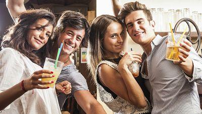 Entre paréntesis - Disminuye el consumo de alcohol y drogas en los jóvenes - Escuchar ahora