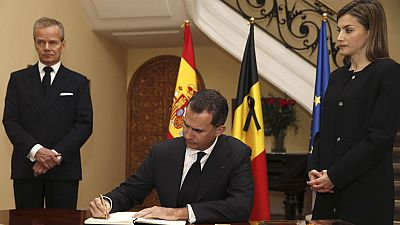 Boletines RNE - Los reyes firman en el libro de condolencias por las v�ctimas de Bruselas - 23/03/16 - Escuchar ahora