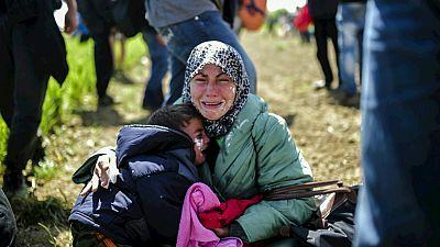 Entre paréntesis - La policía macedonia reprime con gases lacrimógenos una protesta de refugiados - Escuchar ahora