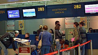 Boletines RNE - El Parlamento Europeo aprueba el registro de pasajeros aéreos - Escuchar ahora