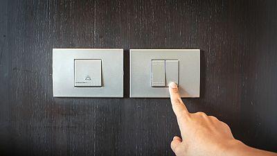 Entre paréntesis - Uno de cada cuatro hogares, insatisfecho con su servicio de electricidad - Escuchar ahora