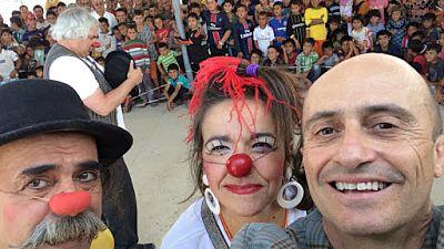 Entre par�ntesis - Pepe Viyuela, Pepo Rueda, Donal Lehn y Raquel Mart�nez se ponen narices rojas para los ni�os refugiados - Escuchar ahora