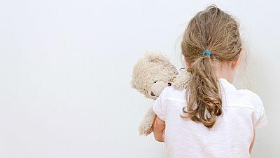 Entre paréntesis - Se incrementa el maltrato de menores en el seno familiar - Escuchar ahora
