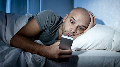 Entre paréntesis - La mitad de los usuarios ya son adictos al móvil - Escuchar ahora