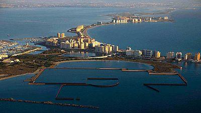 Los vecinos protestan por el mal estado del Mar Menor en la región de Murcia
