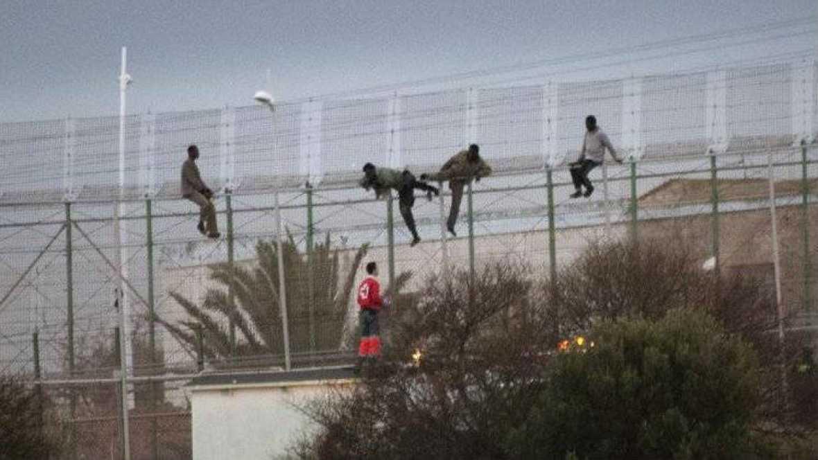 Boletines RNE - Los inmigrantes vuelven a intentar sortear la valla de Melilla - Escuchar ahora