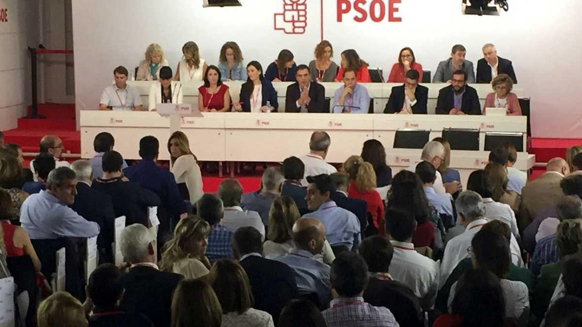 Boletines RNE - Recesos y más recesos en Ferraz. Susana Diaz propone que se vote la disolución de la Ejecutiva - Escuchar ahora