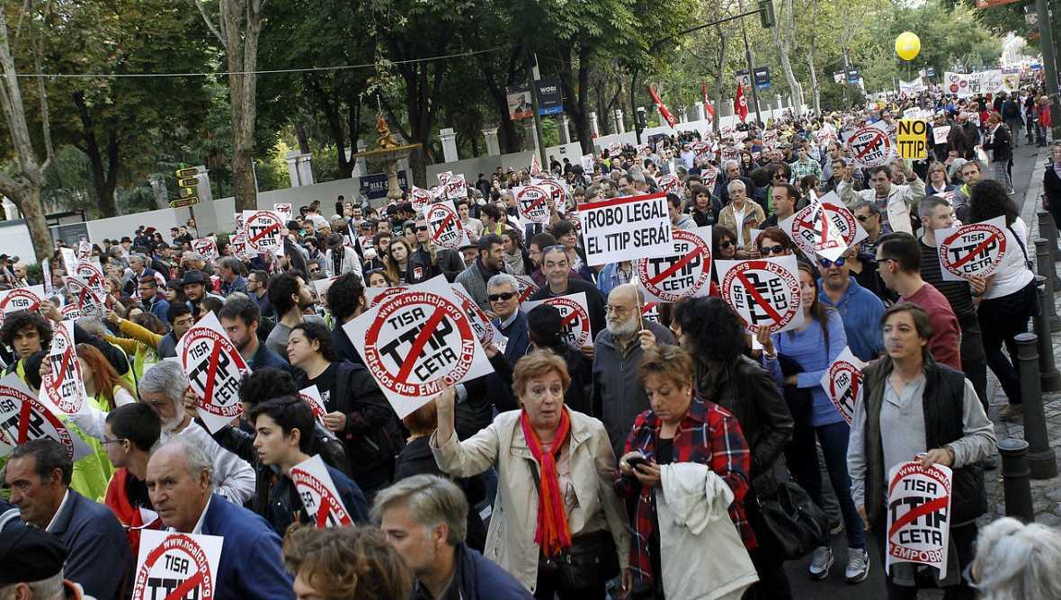 """""""Las personas y el planeta por encima de las multinacionales"""" lema de los manifestantes - Escuchar ahora"""