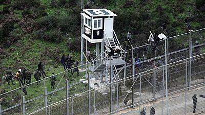 Boletines RNE - Más de 400 inmigrantes entran en Ceuta por la valla - Escuchar ahora