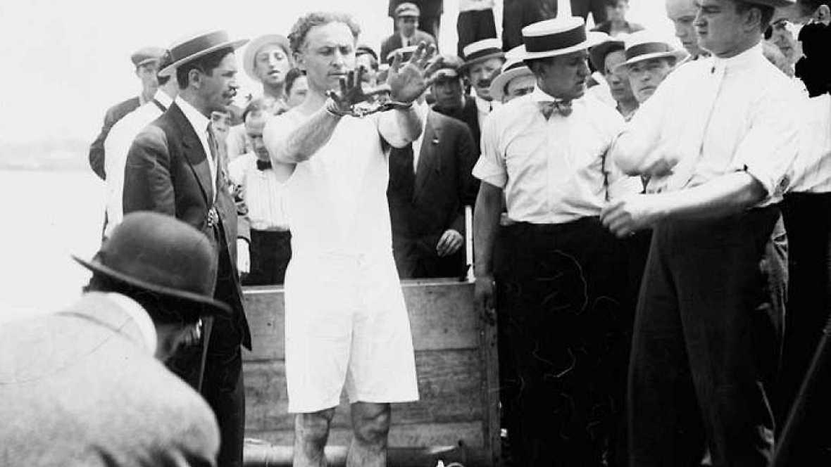 A hombros de gigantes - El gran Houdini, pionero contra el espiritismo y lo paranormal - 20/02/17 - Escuchar ahora