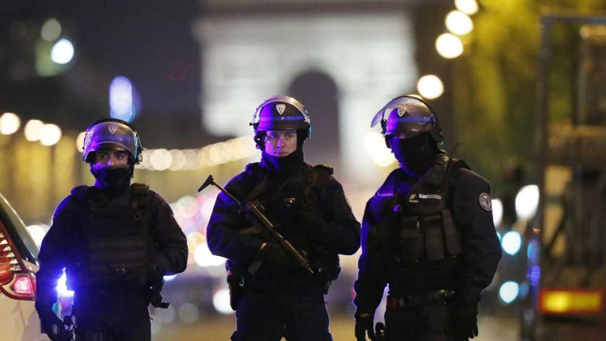 Boletines RNE - Se busca a un segundo sospechoso del atentado de París - 21/04/17 - Escuchar ahora