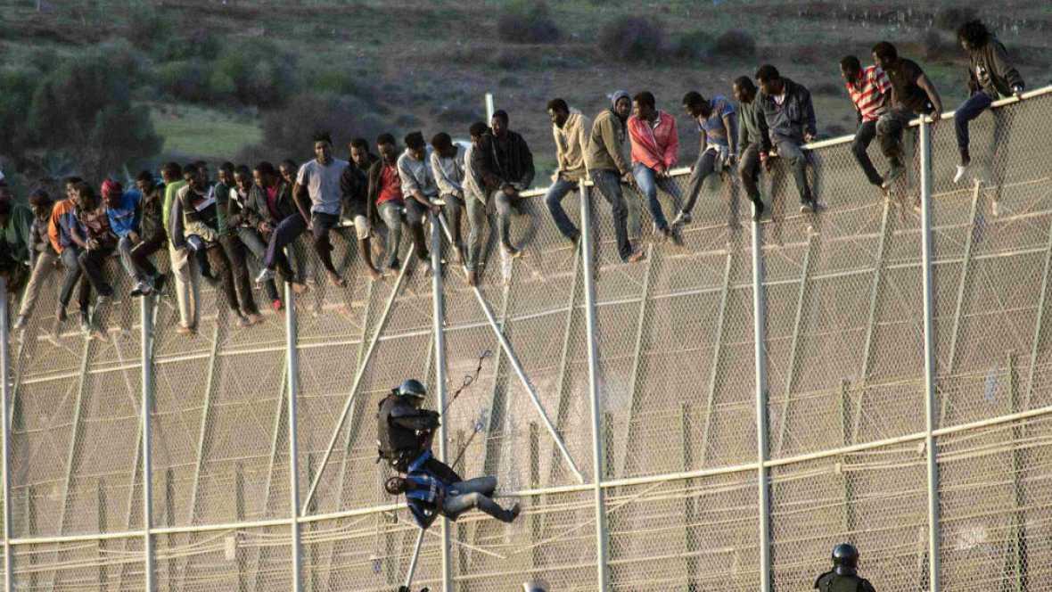 """Entre paréntesis - """"Los muros no paran; los muros matan"""" - Escuchar ahora"""