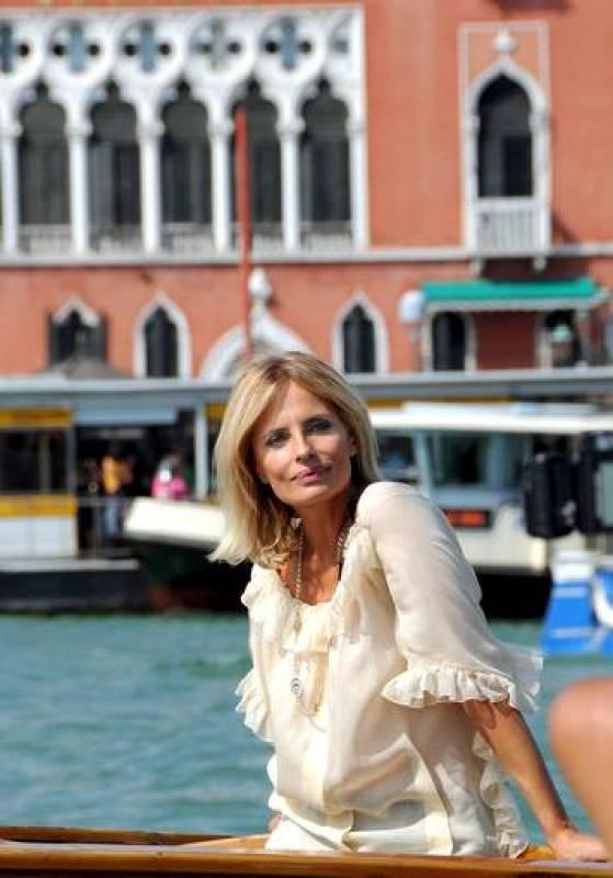 """La actriz italiana Isabella Ferrari posa a su llegada a la presentación de su nueva película, """"Un giorno perfetto"""", del director turco Ferzan Ozpetek, en el 65 Festival Internacional de Cine de Venecia, en Venecia, Italia, el viernes 29 de agosto."""