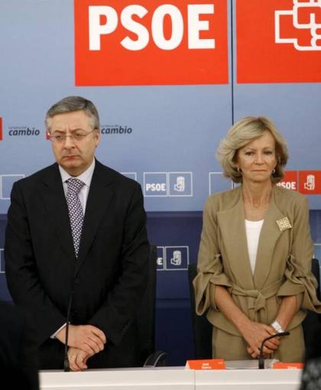 José Blanco y Elena Salgado guardan un minuto de silencio en la sede del PSOE