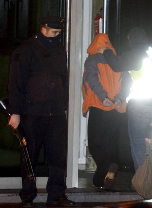Agentes de la Policía Nacional conducen a uno de los detenidos esta madrugada a la comisaría de San Sebastián, en el marco de la operación dirigida por el juez de la Audiencia Nacional Baltasar Garzón.