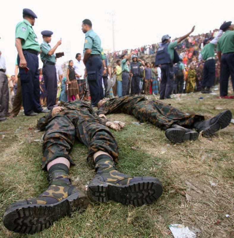 Los cuerpos de algunos miembros de los Rifles de Bangladesh