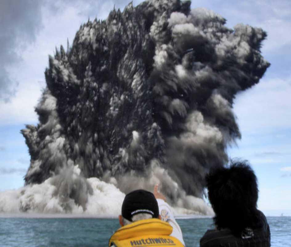 Un volcán submarino entró en erupción en el pequeño archipiélago de Tonga en el Pacífico Sur, sin causar víctimas.