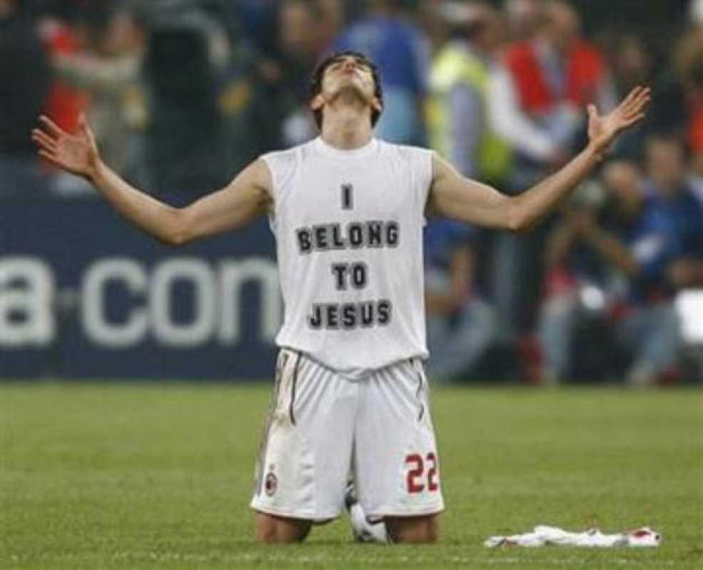 """Kaká celebrando el campeonato de liga y mostrando en su camiseta un mensaje que dice """"yo pertenezco a Jesús"""" con referencia a sus creencias."""