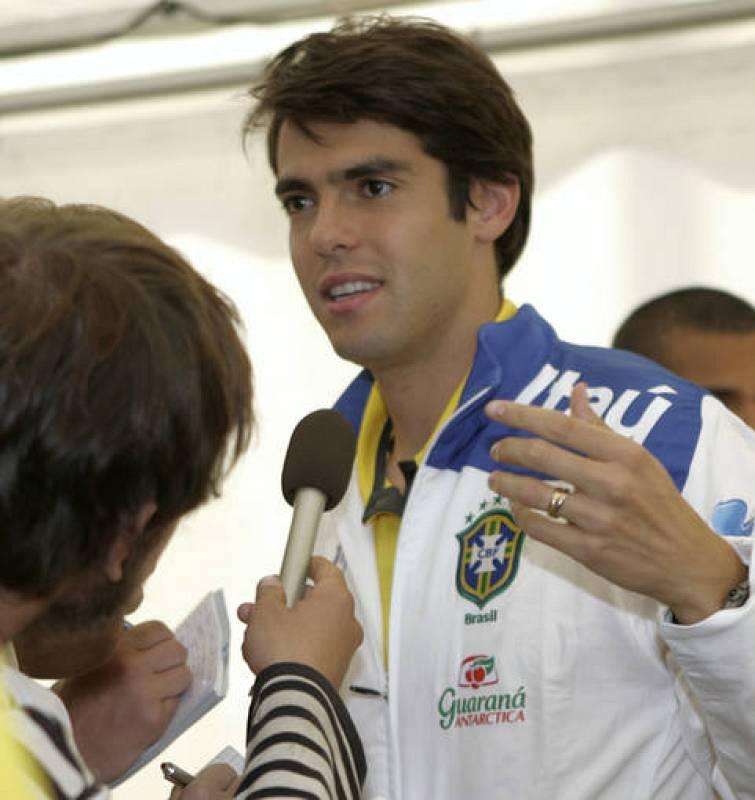 Kaká contestando a un periodista al llegar al entrenamiento con la selección brasileña en Tallin.