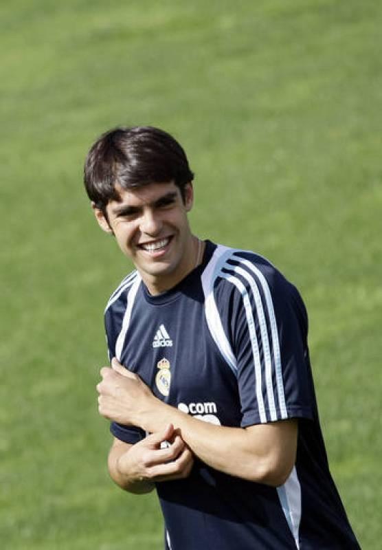 Kaká sonriendo durante un entrenamiento con su nuevo equipo, el Real Madrid.