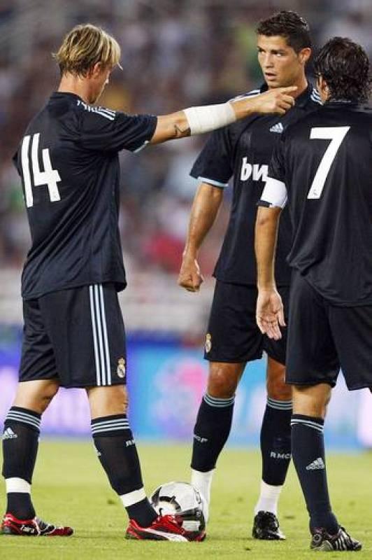 Guti da instrucciones a Cristiano Ronaldo ante la atenta mirada de Raúl.
