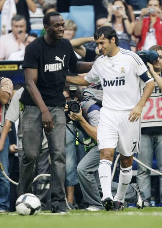 Bolt habla con Raúl antes de realizar el saque de honor. El capitán madridista también acompañó a la atleta palentina Marta Domínguez, campeona del mundo de 3.000 metros obstáculos, en el saque de honor del Trofeo Santiago Bernabéu.