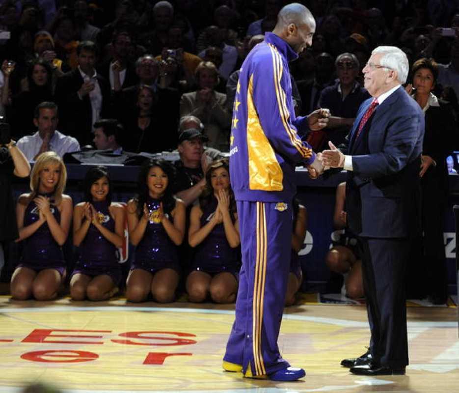 Kobe Bryant recibe su anillo del campeonato por el Comisionado de la NBA, David Stern