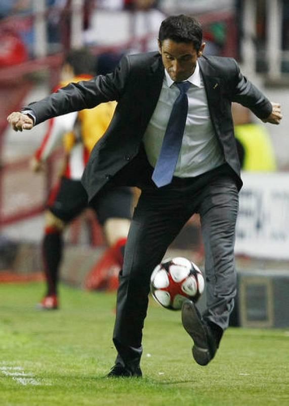 Manolo Jiménez se desesperaba en la banda viendo los fallos defensivos del Sevilla.