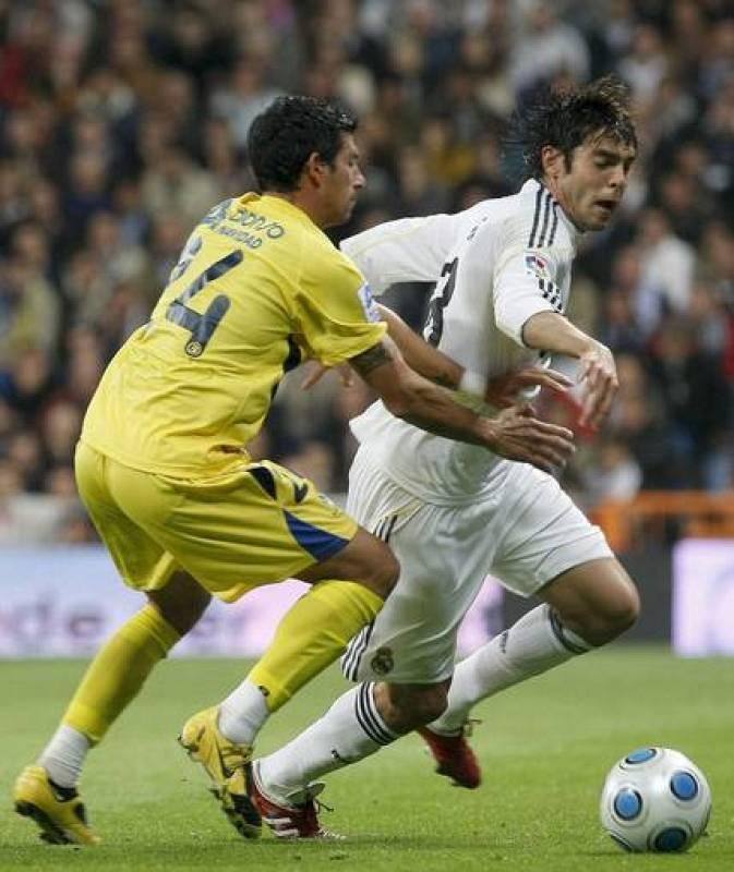 El centrocampita brasileño del Real Madrid Kaká trata de escapar de Nagore, del Alcorcón.