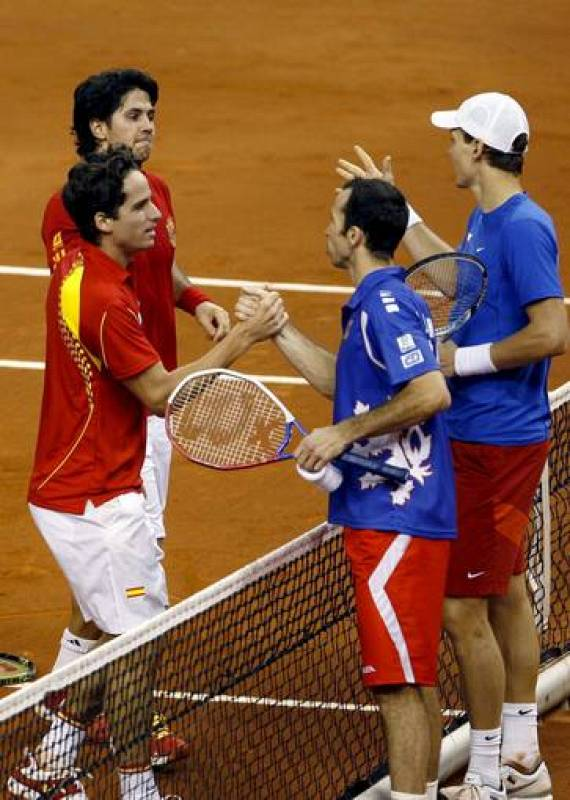 Los tenistas españoles Fernando Verdasco y Feliciano López saludan a los tenistas checos Stepanek y Berdych.