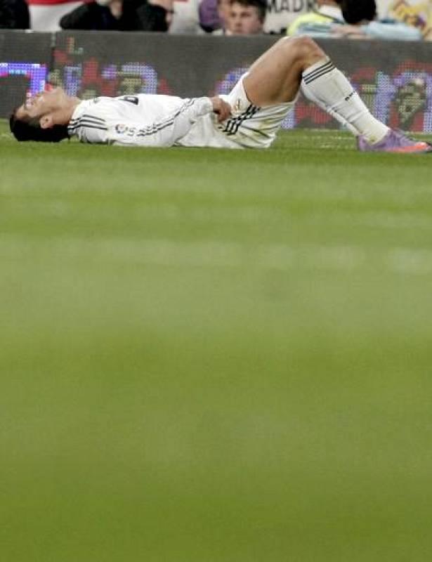Cristiano Ronaldo permanece en el terreno de juego después de la derrota ante el FC Barcelona.