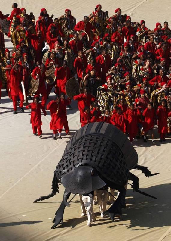Un escarabajo pelotero gigante se ha encargado de transportar un balón. Por algo es pelotero.